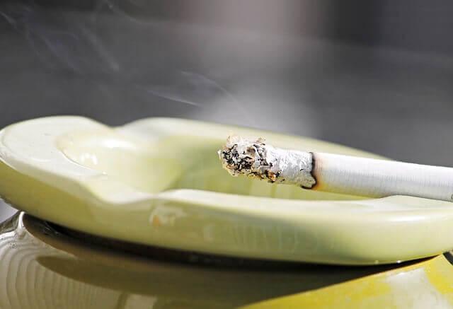 עישון סיגריות או קנביס