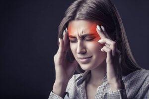 אישה סובלת ממיגרנה